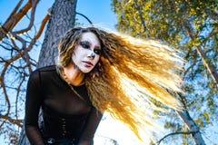 Zombiemeisje met zwarte ogen en een bloedige mond op Halloween royalty-vrije stock foto's