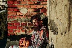 Zombiemens met Halloween-pompoen Royalty-vrije Stock Foto's