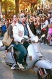 Zombien kopplar ihop ritter som sparkcykeln i Halloween ståtar royaltyfria foton