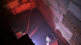Zombies που σέρνεται στα σκαλοπάτια φιλμ μικρού μήκους