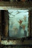Zombies έξω από ένα παράθυρο Στοκ εικόνα με δικαίωμα ελεύθερης χρήσης
