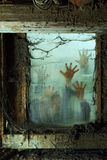 Zombies außerhalb eines Fensters Lizenzfreies Stockbild