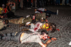 Zombies, die für Halloween kriechen lizenzfreies stockbild