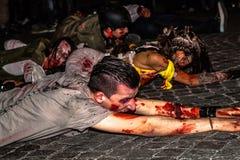 Zombies, die für Halloween kriechen stockfotografie