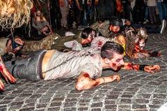 Zombies, die für Halloween kriechen stockbild