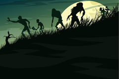 Zombies, die hinunter den Hügel im Nebel auf einem Vollmond gehen Stockbild
