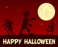 Zombis de Halloween que caminan en la noche Imagenes de archivo