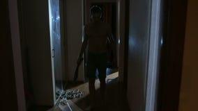 Zombis maniacos con un cuchillo abajo del vestíbulo horror