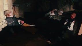 Zombis que despiertan en el edificio destruido, invasión de criaturas malvadas infectadas almacen de metraje de vídeo