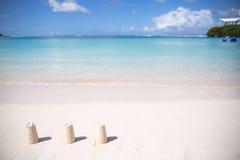 Zomer bij het strand Mooi strand en tropische overzees Royalty-vrije Stock Foto's