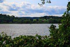 Zomer op Hudson die landbouwbedrijf, met bootverkeer bekijken Stock Afbeelding