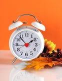 Zomertijdeinden in de herfstdaling met klok Royalty-vrije Stock Fotografie