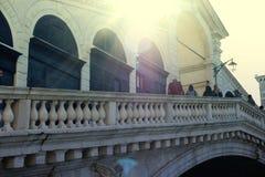 Zon aangestoken Rialto-Brug in Venetië, Italië stock foto's