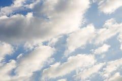 Zon achter de het weer witte wind van de wolkenzonsondergang Stock Foto