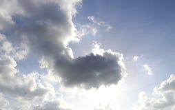 Zon achter wolk stock afbeeldingen