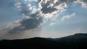 Zon achter wolken stock afbeelding