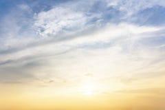 Zon, blauwe hemel en wolken Stock Foto