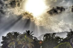 Zon boven wolken royalty-vrije stock afbeeldingen