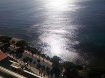 Zon in de golven van de Caraïbische overzeese kustlijn malecon Santo Domingo wordt weerspiegeld dat stock foto