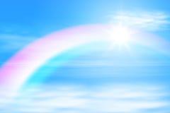 Zon in de hemel met regenboog Stock Afbeeldingen