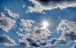 Zon in de wolkenhemel stock foto