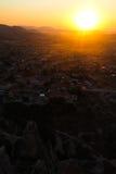 Zon die in Capadocia, Goreme, Nevsehir, Turkije wordt geplaatst Royalty-vrije Stock Afbeeldingen
