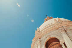 Zon die de bovenkant van het pantheon met blauwe achtergrond verlichten Stock Foto's