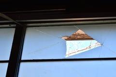 Zon die door blauwe gebroken vensters komen stock foto's