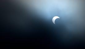 Zon die door de maan wordt verduisterd Stock Foto's