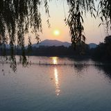 Zon die in Hangzhou-meer plaatsen Stock Afbeelding
