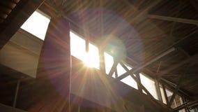 Zon die hoog onder plafond glanzen stock footage