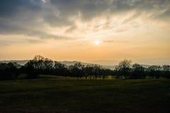 zon die in mist plaatsen Stock Afbeelding