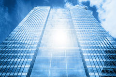 Zon die in moderne bedrijfswolkenkrabber, high-rise de bouw nadenken, Stock Foto's