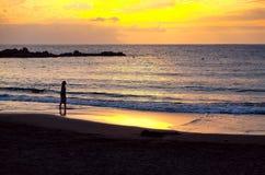 Zon die op de Atlantische Oceaan in de Canarische Eilanden van Tenerife plaatsen Stock Foto