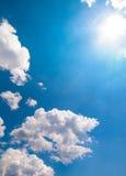 Zon die op een Blauwe Hemel en Wolken is gebarsten Stock Foto