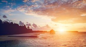 Zon die op een tropisch eiland plaatsen royalty-vrije stock fotografie
