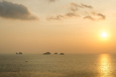 Zon die op het overzees bij Samui-eiland, Thailand plaatsen Stock Foto
