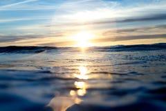 Zon die over Blauwe Vreedzame Oceaan plaatsen Royalty-vrije Stock Afbeelding