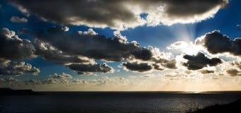 Zon die over de Middellandse Zee plaatst Royalty-vrije Stock Afbeeldingen