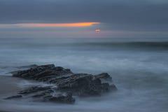 Zon die over de Oceaan piepen Stock Fotografie
