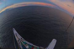 Zon die over de oceaan wordt geplaatst Royalty-vrije Stock Foto