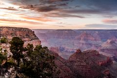 Zon die over Grand Canyon plaatsen stock foto