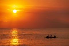 Zon die over Indonesische vissers plaatsen die - van Lombok-towa kijken royalty-vrije stock foto