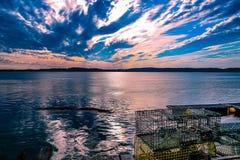 Zon die over Johnson Bay, Lebec, Maine plaatsen stock foto's
