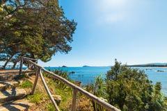 Zon die over Santa Maria Navarrese-kust glanzen Stock Afbeelding
