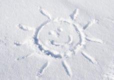 Zon die in sneeuw wordt gesneden stock afbeelding