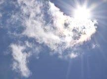 Zon die uit achter wolken te voorschijn komen Stock Foto's