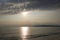 Zon die van het avondwater nadenken op de zuidenkust van Engeland stock fotografie