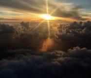 Zon door de wolken Stock Foto's