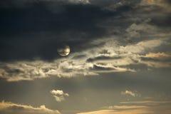Zon door de wolken op zonsondergang wordt behandeld die royalty-vrije stock foto's